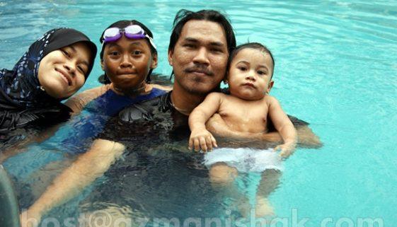 Mandi kolam renang bersama Amirul