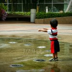 Air dengan kanak-kanak… memang tak boleh dipisahkan. Ibu bapa, sila waspada.