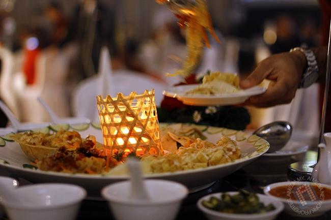 Makan malam yang tersedia dan dihidangkan kepada meja VIP.