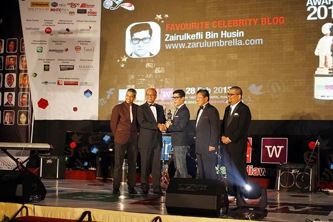 Abang Zarul Umbrella pulak menggondol anugerah Favoirite Celebrity Blog