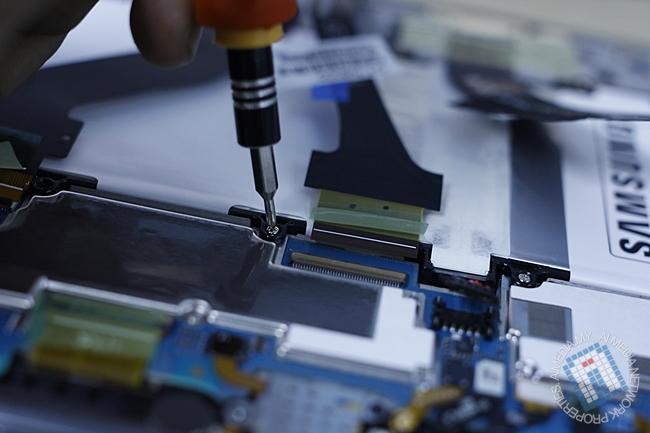 "Perlu membuka screw yang ""mengikat"" batteri terlebih dahulu"
