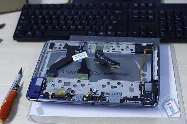 Fasa pertama: Selepas mengeluarkan batteri dan papan induk (main board)