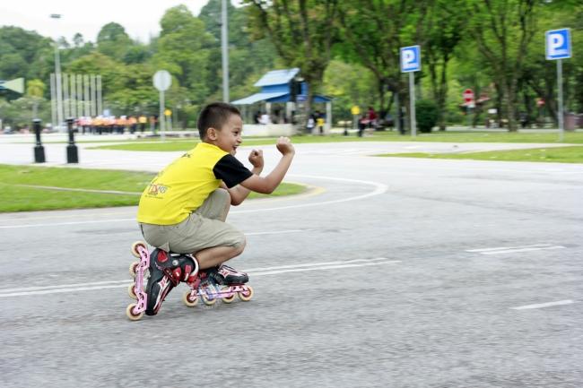Ini la dia aksi-aksi anak-anak yang bermain roller coster. Hebat!