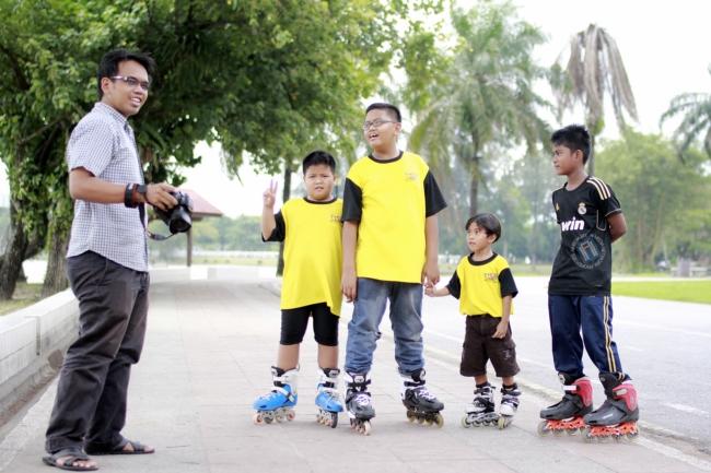 Izwan Yusof bersama anak-anak yang handal bermain roller blade.