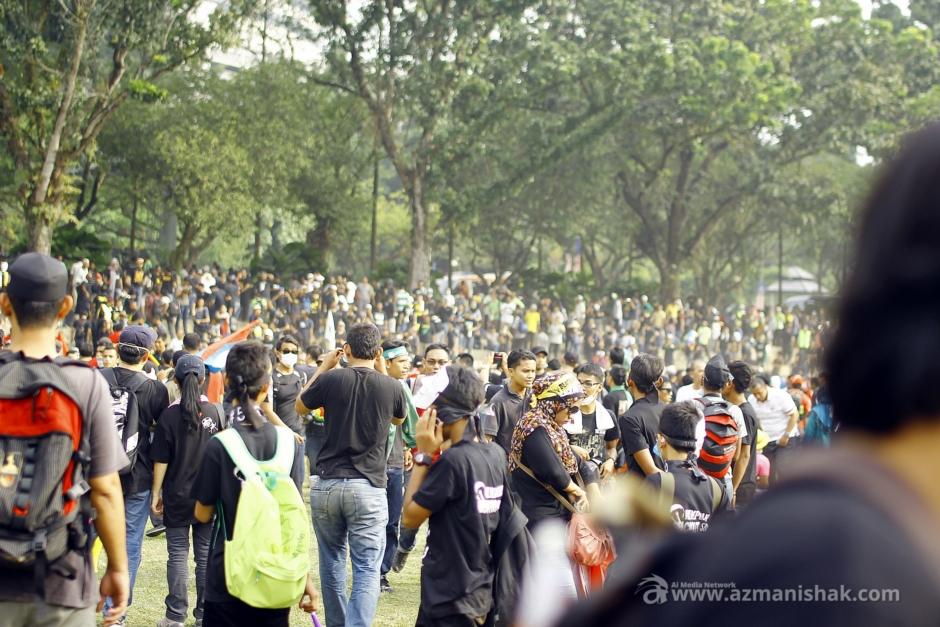 Terjadi kekecohan kecil disebabkan kumpulan-kumpulan provokasi tadi.