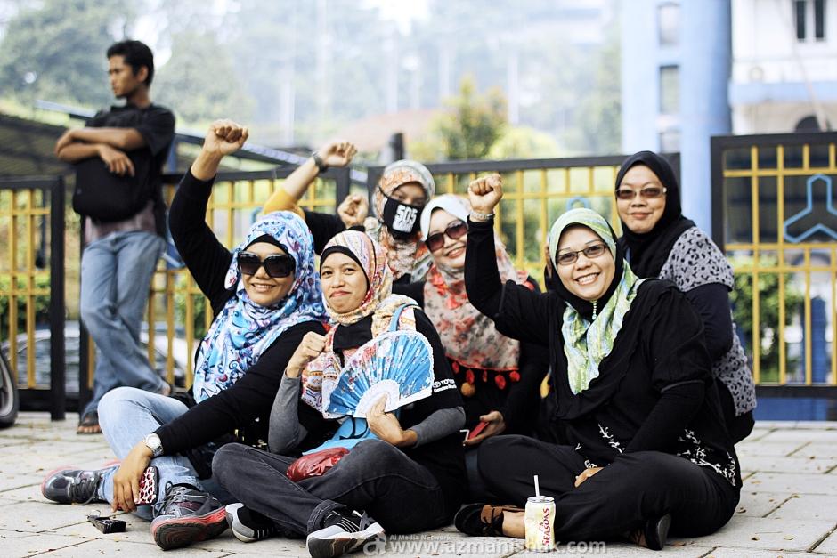 """""""Angkat tangan tanda sokongan"""" - kata mereka"""