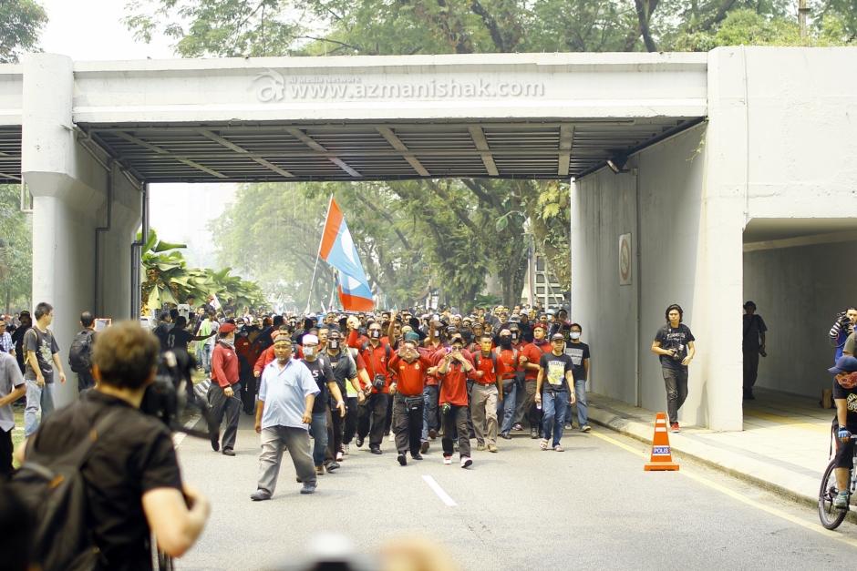 Wakil-wakil dari NGO masing-masing, berjalan berarak masuk ke Padang Merbok.