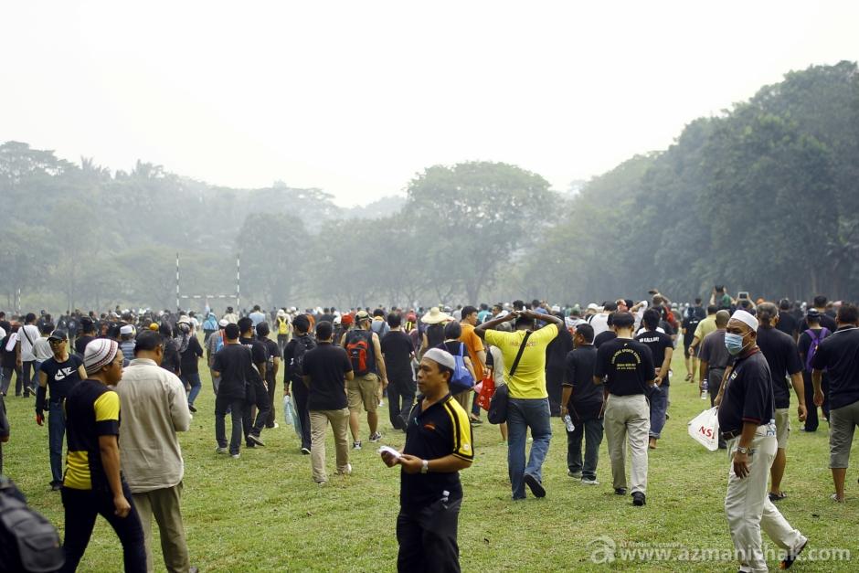 Perhimpunan dimulakan... semua menderu-deru masuk ke padang. Berkumpul di sudut padang.