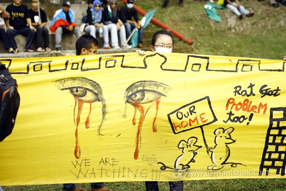 Close-up salah satu banner terpanjang merentasi Padang Merbok.