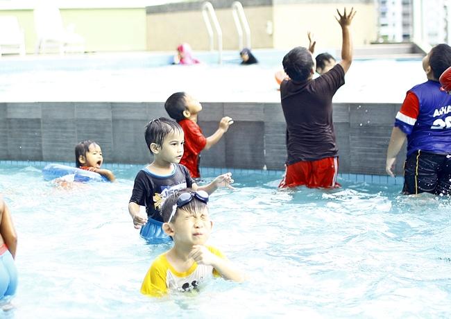 Abang Long Amirul Amin sekarang ni dah tak fobia lagi mandi kolam. Gembira aku.