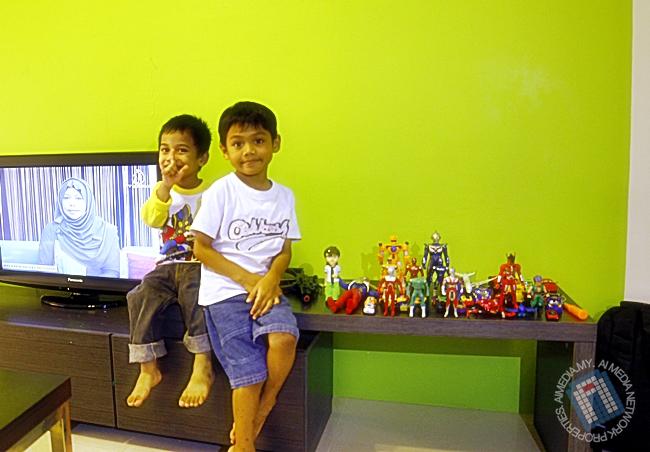 Dua orang sepupu kalau berjumpa... mainan penuh satu rumah