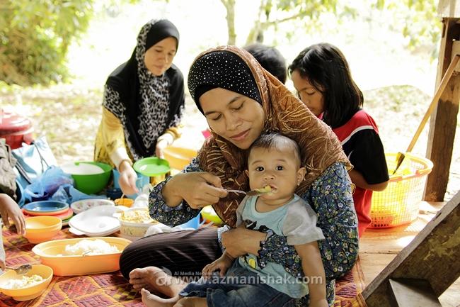 Azhar pon makan pulut durian.