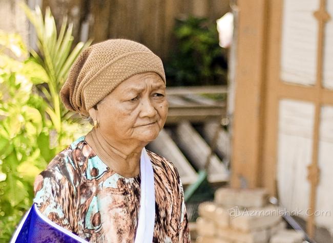 Uwan (panggilan untuk tok bagi orang Pahang)  merupakan pemilik kedai yang sangat RARE tadi.