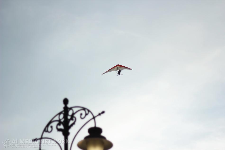 Boleh la pulak, time-time tu depa dok main paraglider...
