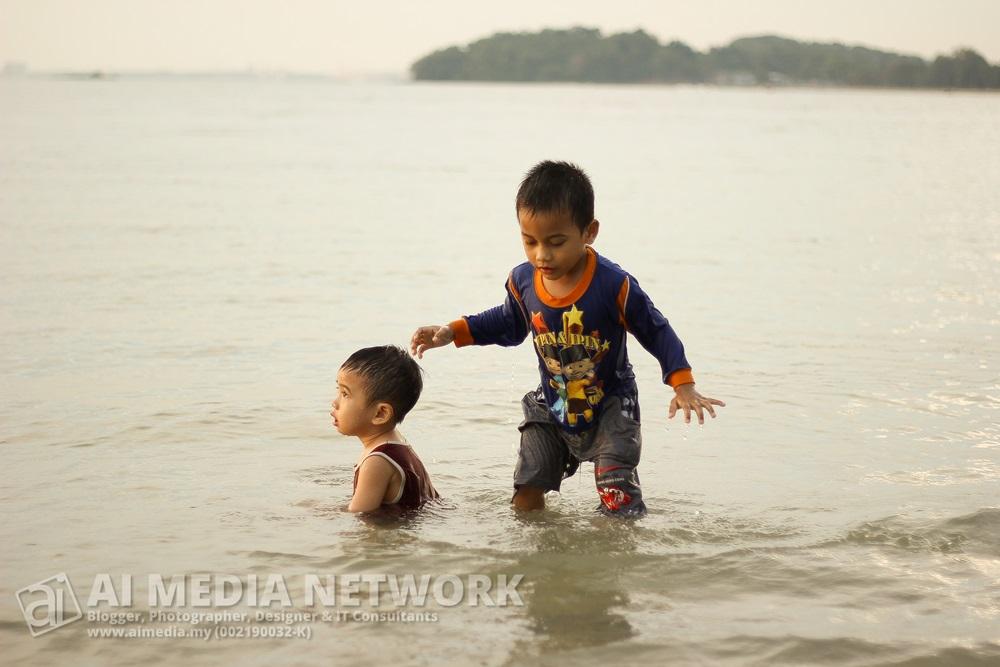 Anak aku dengan anak Azwan Anuar. Main air, tak ingat dah abah masing-masing