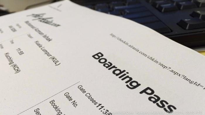 Aku ingatkan, nak boarding pass yang warna merah macam postkad tu. Pakai print sendiri pon boleh... laaa hahahahaha