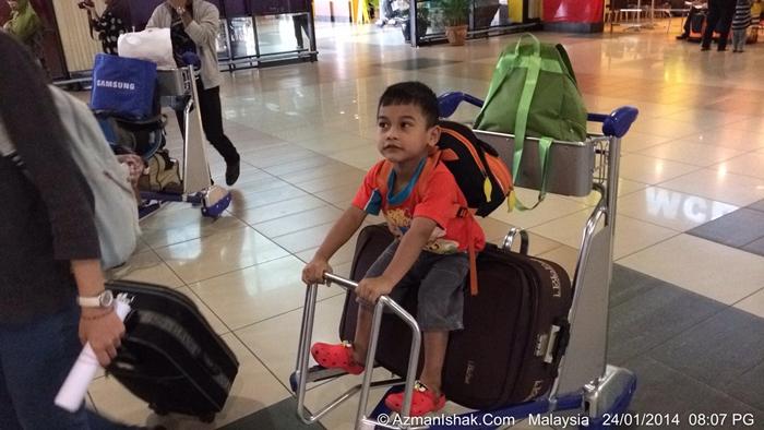Amirul Amin dah eksited nak naik kapal terbang. Nko bayangkan kalau kene tinggal macam mane?