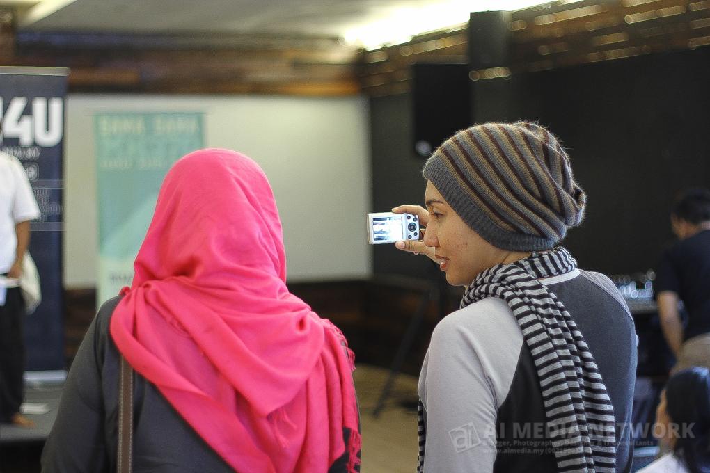 Dari apa yang aku perhatikan, mereka sangat akrab antara penyajak-penyajak yang hadir. Seolah satu komuniti sama seperti blogger.