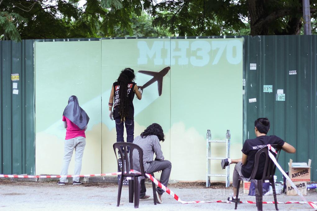 Sementara keadaan diluar, Penggiat seni sedang menyiapkan mural