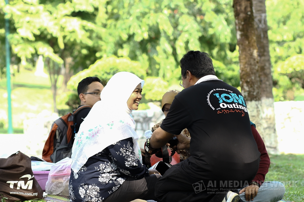 "Acik Saiful : ""Haaa... cer tengok... cikgu kata, gambar ni terbaekkkk ooooo"""