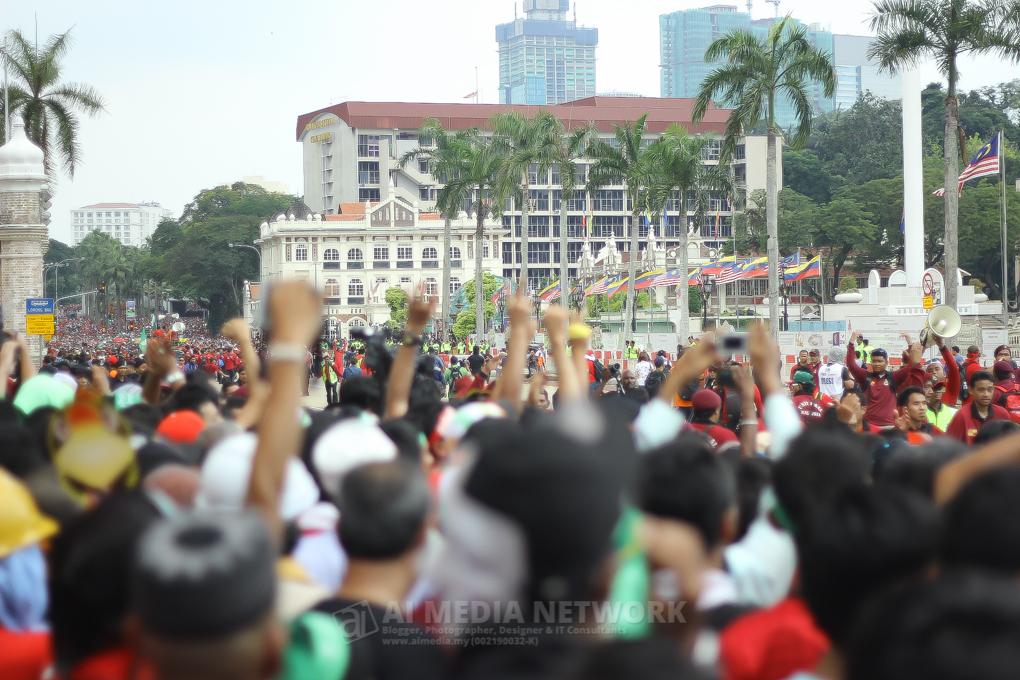Disaat ini, pagar dibuka untuk membernarkan semua yang datang berkumpul ditengah-tengah medan Dataran Merdeka.