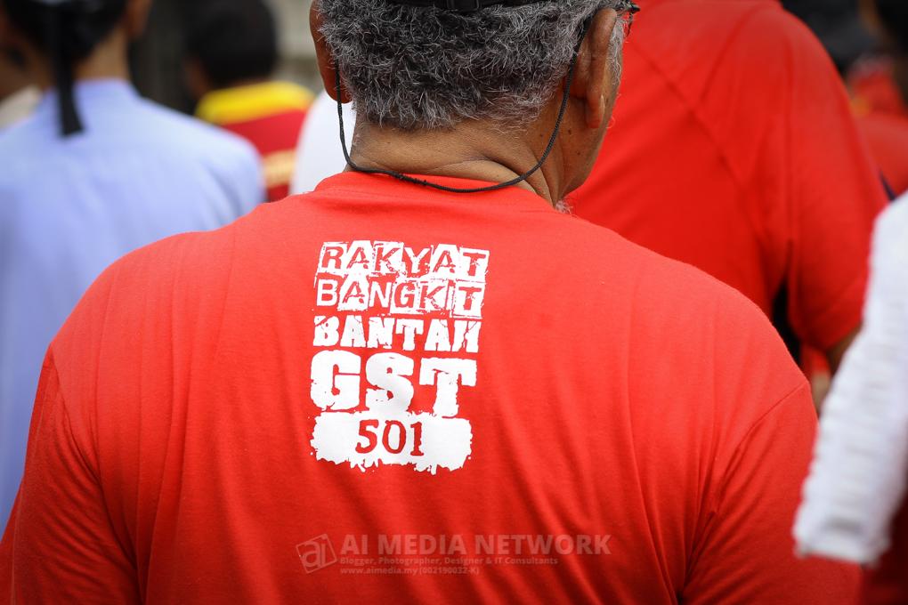 Tulisan pada baju : Rakyat Bangkit, Bantah GST 501.