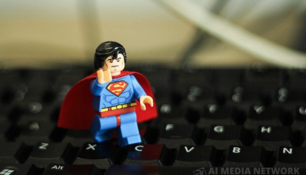 Clark Kent aka Superman masih lagi tak mau berubah.. Tetap dengan underware kat luar.