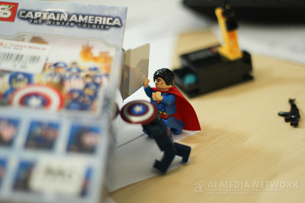 Capten Amerika : Alahh... masa bila pulak mende alah ni jatuh? Superman: Ahh.. jangan banyak bunyik ar, tolak je ketepi