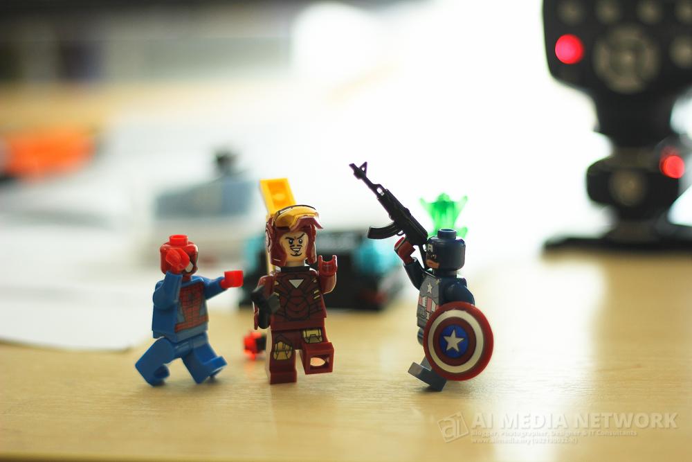 Ironman: Aku tak suke la bunyi menatang tu. Bising! Spiderman : Dah tu, nko nak suruh aku pulas volume ke? Capten Amerika : Alah nkorang ni.. kalau takut cakap ah.. meh sini aku ngetest!
