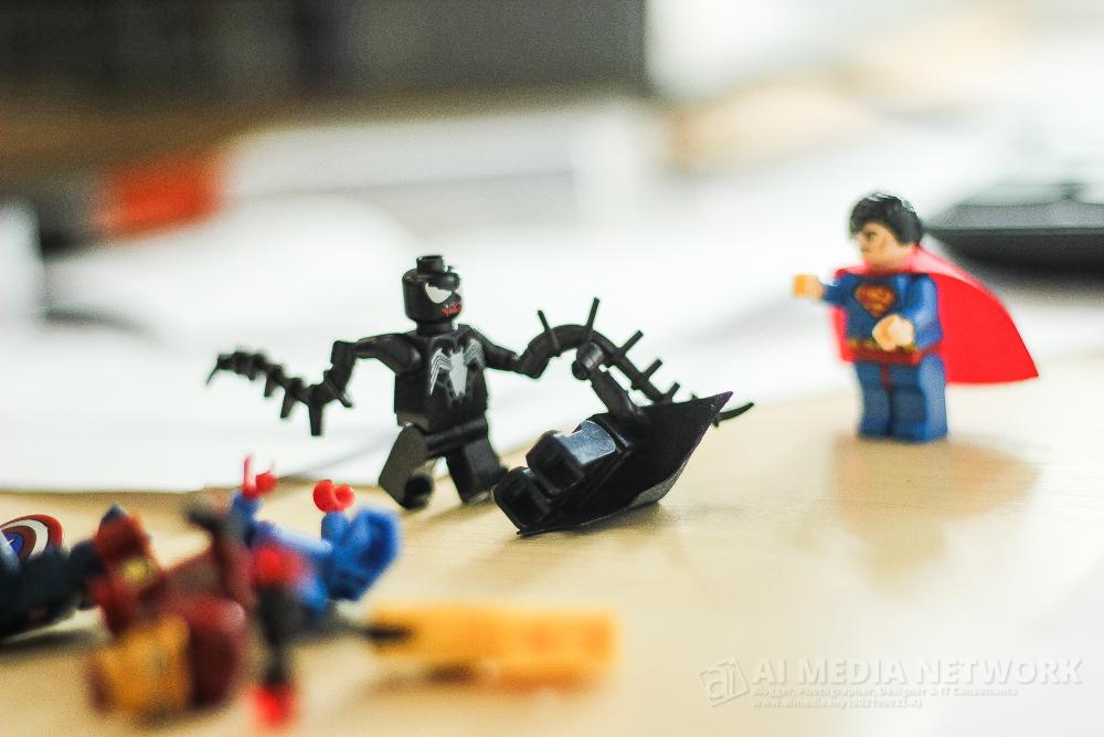 Venom : Meh sini aku sebat nko yang baju hitam ni dulu... oooooo BATMAN?!! muahahaha... RASAINNN LOE!