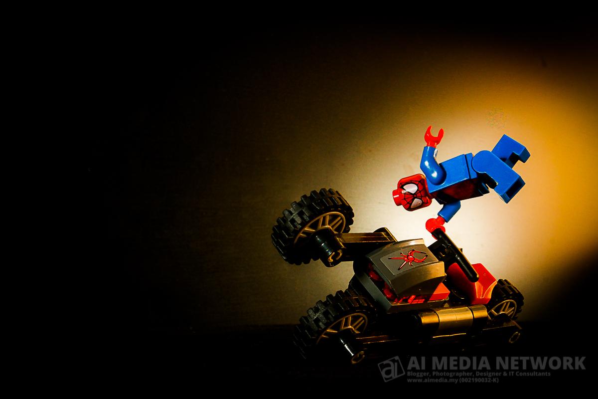 Gambar 5: Set lego Siderman dan Spidey Bike - Melakukan aksi akrobatik.
