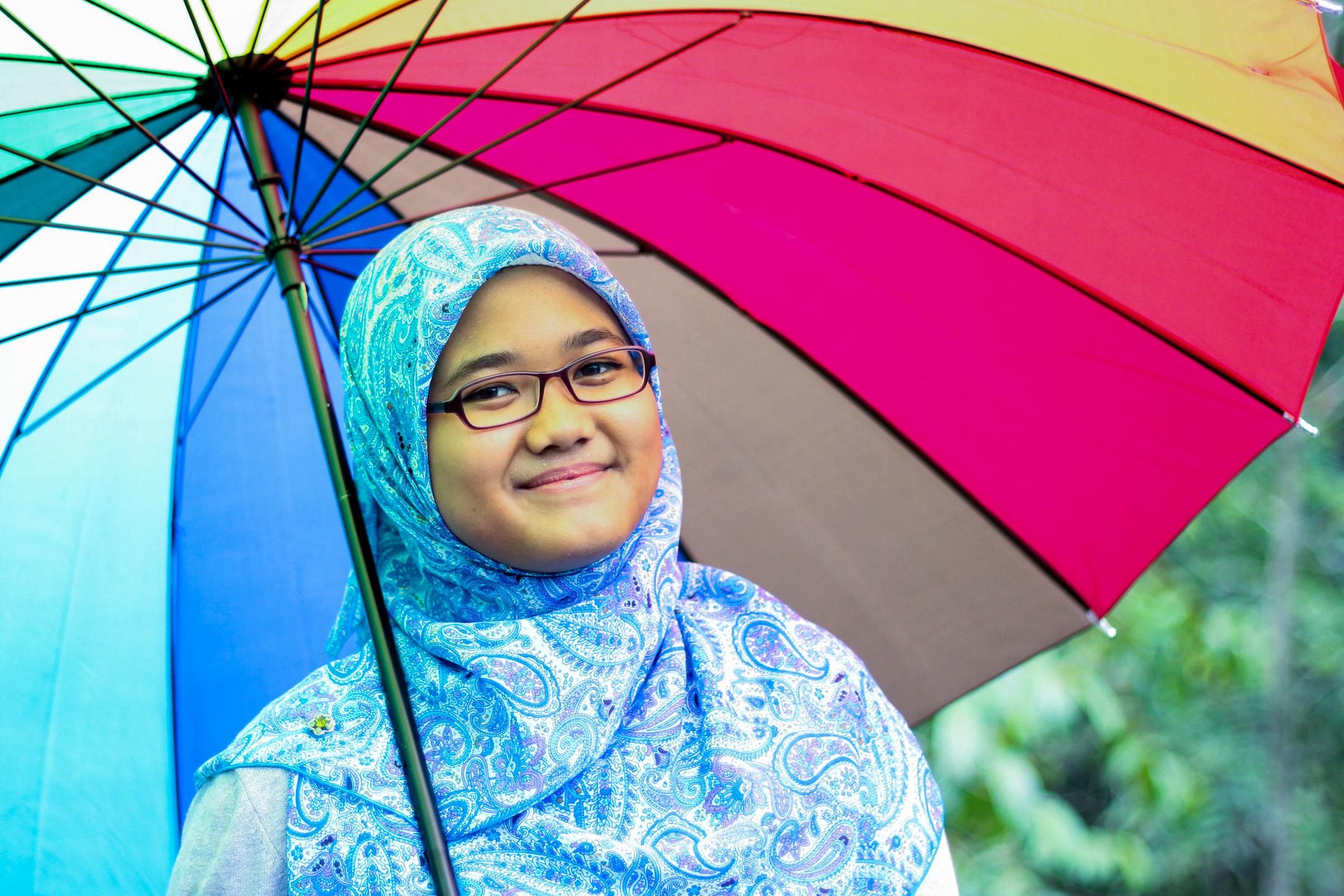 Nama model ini adalah Intan dan dia suka pegang payung. Maka ini adalah gambar Intan Payung yang sebenar. Kau ada? Hahahaha....